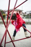 Escaladas da menina da criança de 5 anos em uma estrutura do ferro imagens de stock royalty free