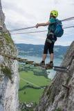 Escaladas do homem em Drachenwand Ferrata, Áustria, Europa imagens de stock royalty free