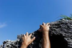 Escaladas do homem na inclinação de montanha foto de stock royalty free
