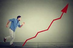 Escaladas do homem que correm acima o gráfico da escada da carreira Fotos de Stock