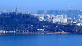 Escaladez la montagne wushan, donnant sur le lac occidental de Hangzhou Photographie stock