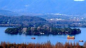 Escaladez la montagne wushan, donnant sur le lac occidental de Hangzhou Images stock