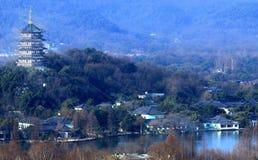 Escaladez la montagne wushan, donnant sur le lac occidental de Hangzhou Photo stock