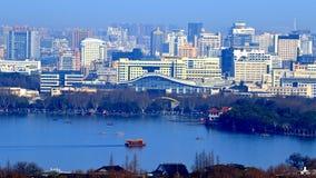 Escaladez la montagne wushan, donnant sur le lac occidental de Hangzhou Photo libre de droits