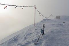 Escaladez les montagnes dans une tempête de neige Photo libre de droits