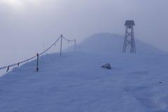 Escaladez les montagnes dans une tempête de neige Photo stock