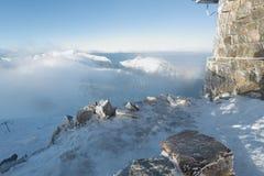 Escaladez les montagnes dans une tempête de neige Images stock