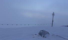 Escaladez les montagnes dans une tempête de neige Photographie stock
