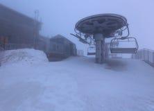 Escaladez les montagnes dans une tempête de neige Photographie stock libre de droits