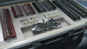 Escalado acima do tiro da caixa do oftalmologista com lentes vídeos de arquivo