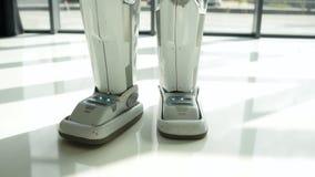 Escalado encima de mirada en caminar robótico de las piernas almacen de video