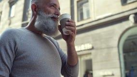 Escalado encima de mirada en el hombre barbudo que goza de la taza de café almacen de metraje de vídeo