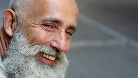Escalado encima de mirada en el hombre maduro positivo que sonríe en cámara almacen de metraje de vídeo