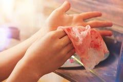 Escalado encima de mirada en el niño creativo que limpia las manos Imagen de archivo