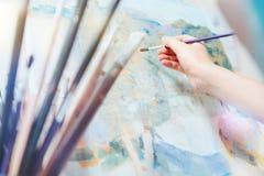 Escalado encima de mirada en el pintor joven que trabaja en imagen abstracta Fotos de archivo libres de regalías