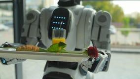 Escalado encima de mirada en el robot que sostiene trey con el desayuno almacen de metraje de vídeo