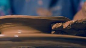Escalado encima de mirada en el ` s del ceramista da lograr obra maestra de la arcilla almacen de video