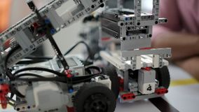 Escalado encima de mirada en el trabajo robótico de los dispositivos metrajes