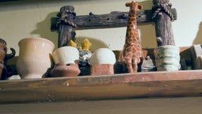 Escalado encima de mirada en estantes con cerámica metrajes