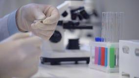 Escalado encima de mirada en prueba de la sustancia química en laboratorio metrajes
