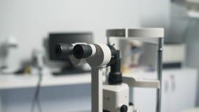 Escalado encima de tiro de la máquina moderna del biomicroscope almacen de metraje de vídeo