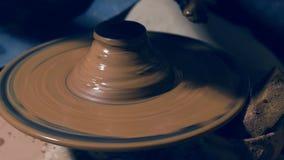 Escalado encima del tiro de la cerámica de enseñanza del ceramista almacen de metraje de vídeo