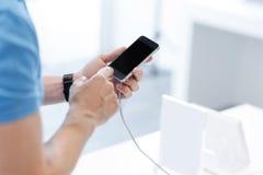 Escalado encima del tiro de las manos masculinas que tocan la pantalla del smartphone Imagenes de archivo