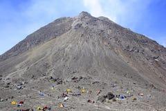 Escalador cerca de la cumbre de Merapi Foto de archivo libre de regalías