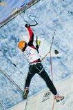 Escalador de hielo en la acción Foto de archivo