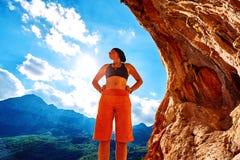 Escalador de la muchacha en una cueva Foto de archivo libre de regalías