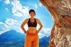 Escalador de la muchacha en una cueva Imagen de archivo libre de regalías