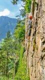 Escalador de la mujer joven encendido vía el ferrata, montañas, Austria Imagen de archivo