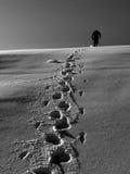Escalador de la nieve en montañas imagenes de archivo