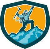 Escalador de montaña que alcanza el escudo retro de la cumbre Imagen de archivo