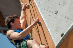 Escalador de roca adolescente Fotografía de archivo libre de regalías