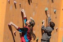 Escalador de roca adolescente Foto de archivo
