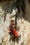 Escalador de roca con una cuerda foto de archivo
