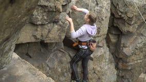 Escalador de roca de la muchacha metrajes