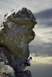 Escalador de roca de la mujer Fotos de archivo libres de regalías