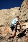 Escalador de roca en el acantilado Foto de archivo libre de regalías