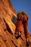 Escalador de roca en la acción foto de archivo libre de regalías