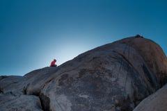 Escalador de roca en la formación de roca foto de archivo