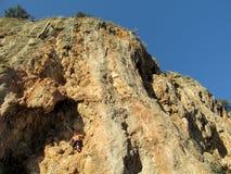 Escalador de roca en la pared grande imagen de archivo libre de regalías