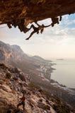 Escalador de roca en la puesta del sol, Kalymnos, Grecia fotografía de archivo libre de regalías