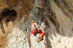 Escalador de roca en las rocas fotos de archivo libres de regalías