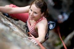 Escalador de roca femenino Imagenes de archivo