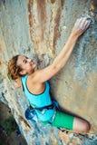 Escalador de roca femenino Foto de archivo