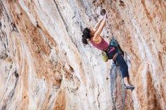 Escalador de roca femenino joven Fotos de archivo libres de regalías