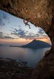Escalador de roca masculino en la puesta del sol. Kalymnos, Grecia foto de archivo libre de regalías