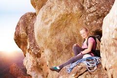 Escalador de roca que disfruta de la visión encima de la montaña Imagenes de archivo